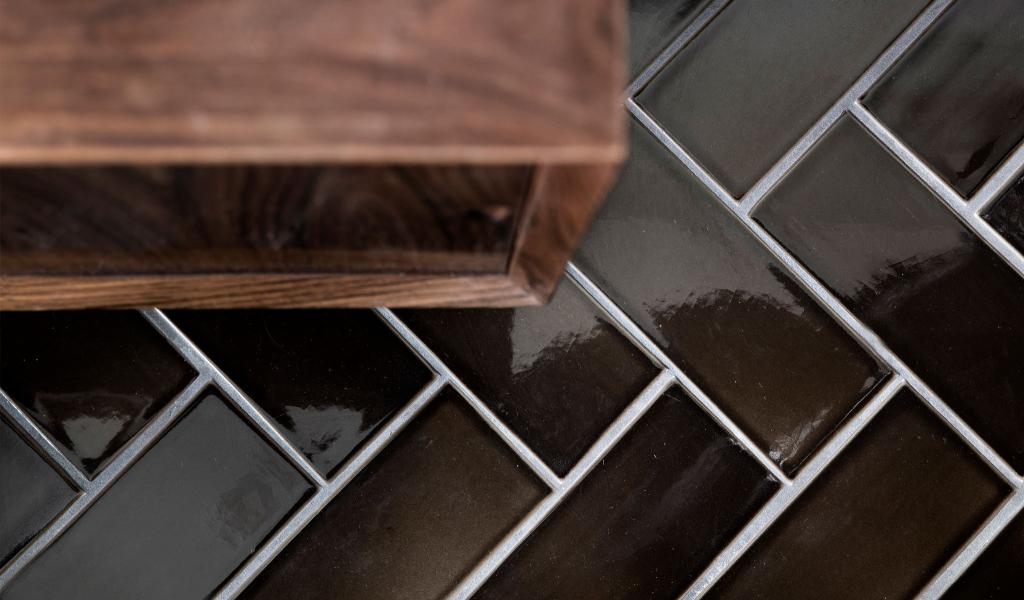 Bathroom floor in Herringbone layout / Green Coffee on GRAPHIC / 9 x 22 / terracotta tile