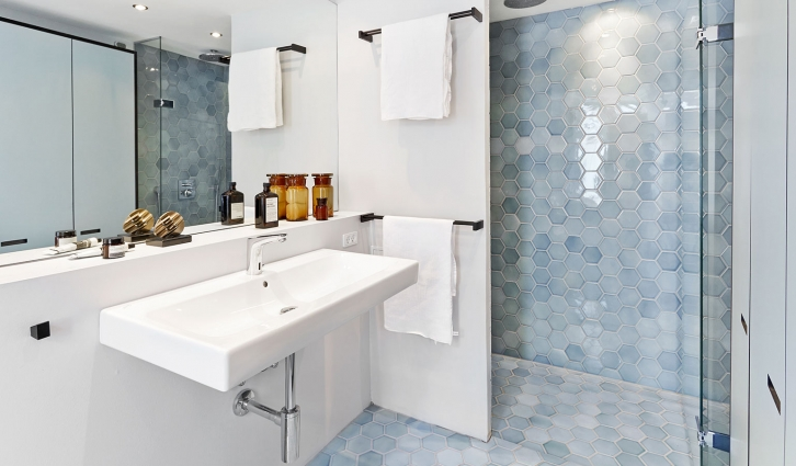 Bathroom with patchwork tiles in the color blue clouds - amazing effect using the same tile on floor and walls